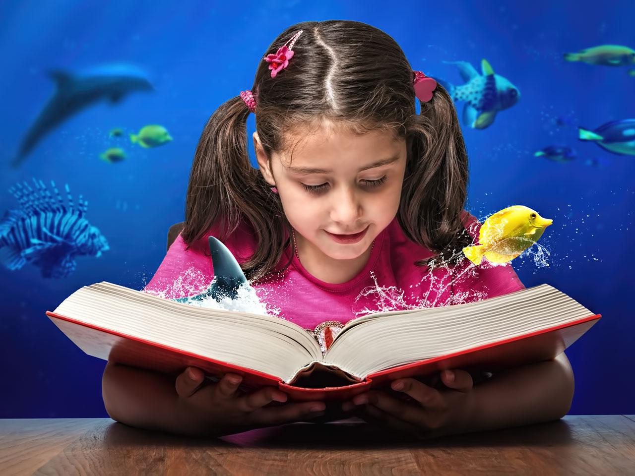 Junges Mädchen liest ein Aquaristikbuch