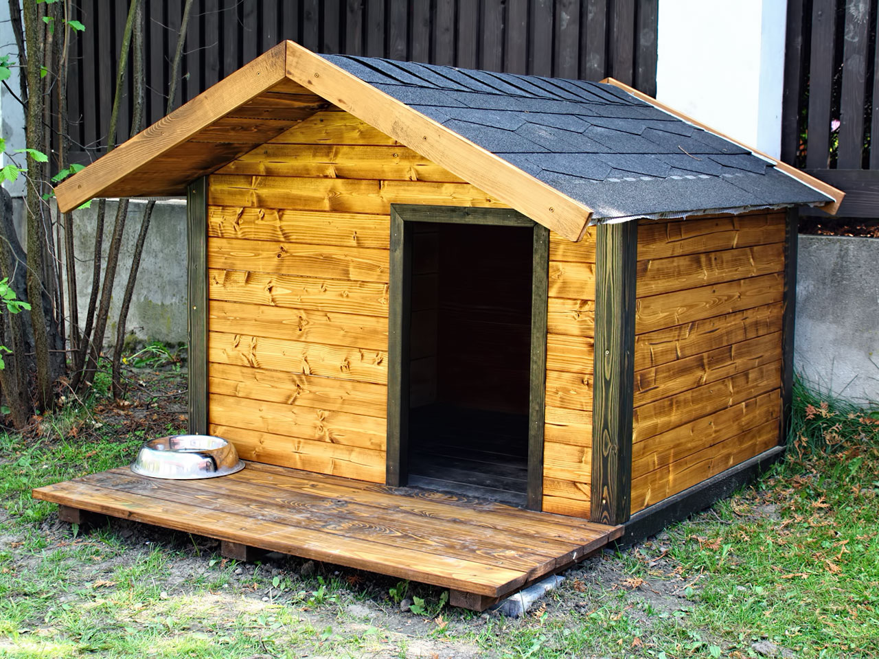 Holz Hundehütte im Garten