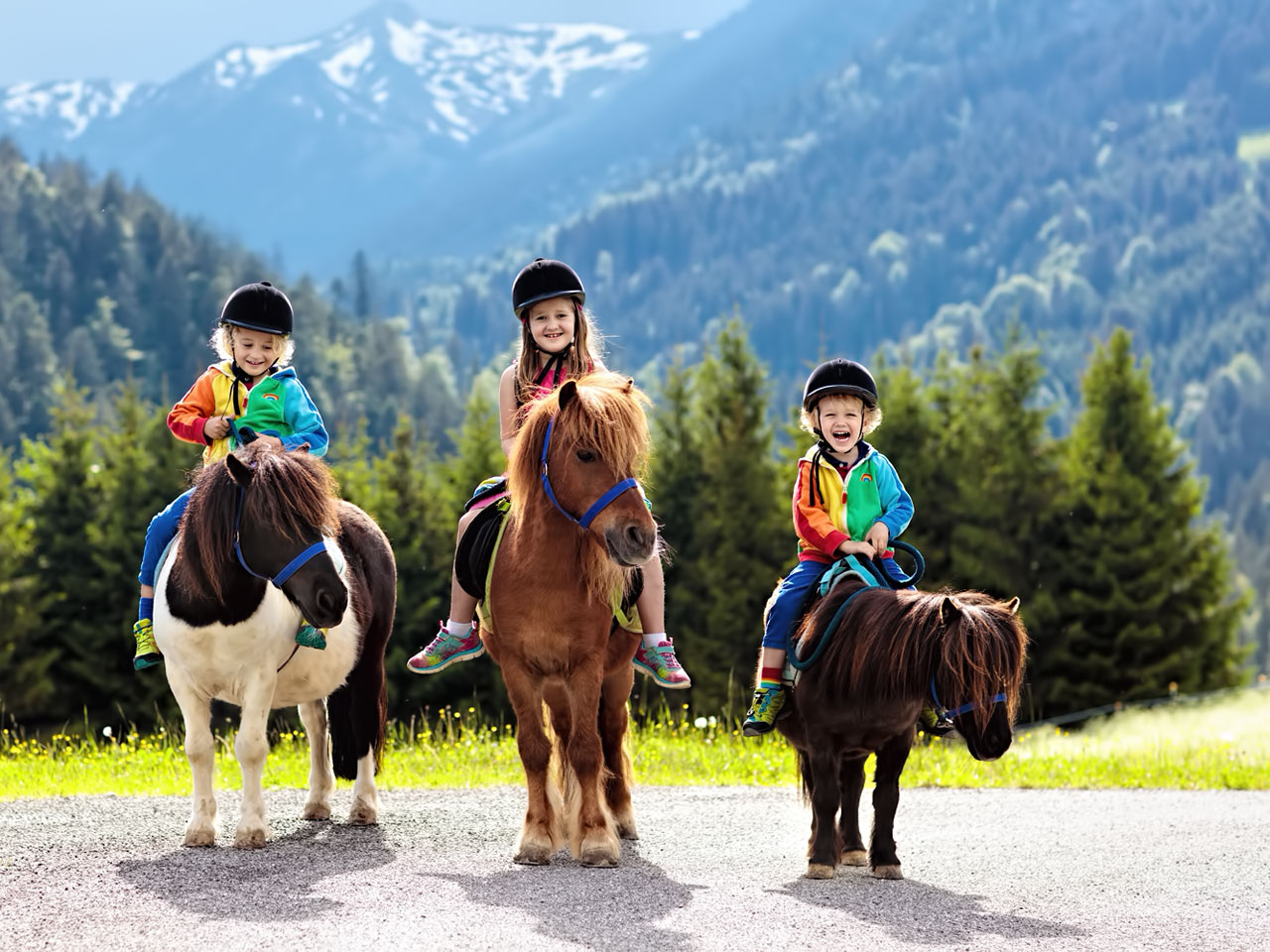 3 Kinder auf <a href='https://www.tieranzeigen.at/pferde/ponys/' title='Kleinanzeigen: Ponys kaufen & verkaufen' class='link_xl'>Ponys</a> on Tour